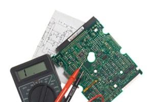 Fehleranalyse einer Platine mit einem Messgerät auf weißem Hintergrund