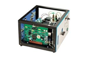 Montage eines elektronischen Gerätes mit Gehäuse